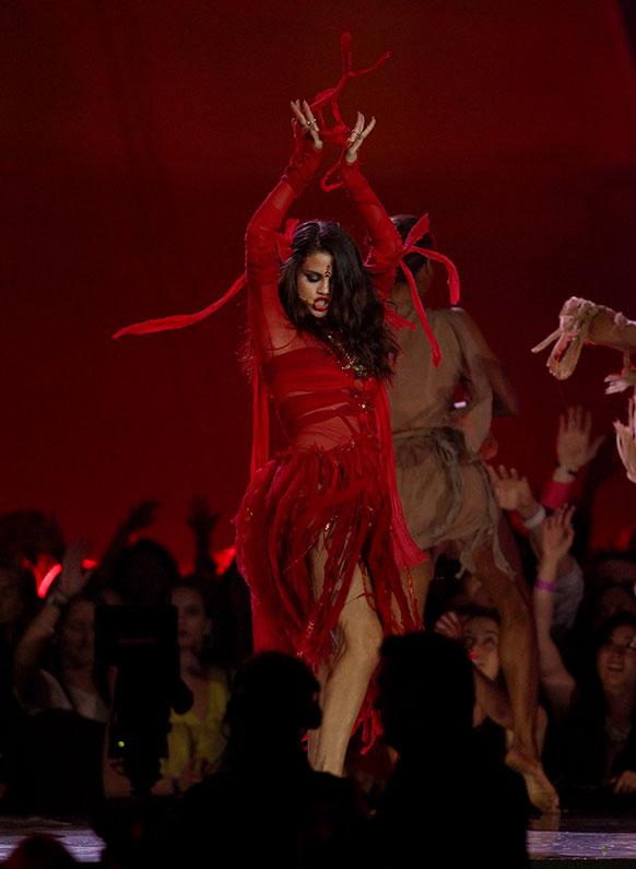 अदाकारा और गायिका सेलेना गोम्स अपना परफॉर्मेंस देती हुई।