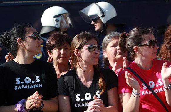ग्रीस के थेसालोनिकी में पुलिस स्टेशन के बाहर प्रदर्शन करती महिलाएं।