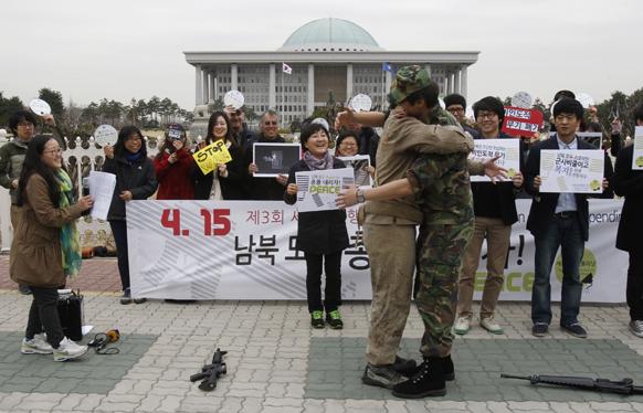 उत्तर कोरिया एवं दक्षिण कोरिया में शांति कायम हो इसके लिए सियोल में प्रदर्शन करते लोग।