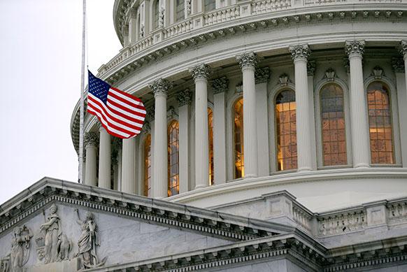 अमेरिका के बोस्टन मैराथन के दौरान हुए बम धमाकों के बाद शोक में राष्ट्रीय झंडे को झुका दिया गया।