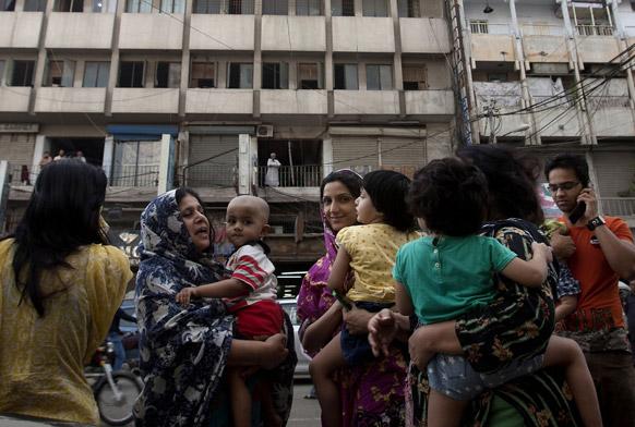 भूकंप के बाद लोग पाकिस्तान में लोग घर से बाहर निकल आए।