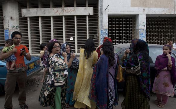 पाकिस्तान के कराची में भूकंप के झटकों के बाद दहशत की वजह से लोग घर से बाहर निकल गए।