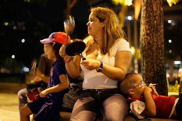 वेनेजुएला में राष्ट्रपति चुनाव के विरोध में धरना पर बैठी एक महिला।