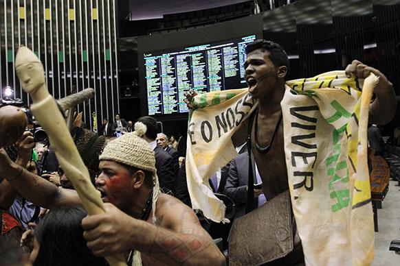 ब्राजील में भारतीय मूल के आदिवासी विरोध-प्रदर्शन करते हुए।