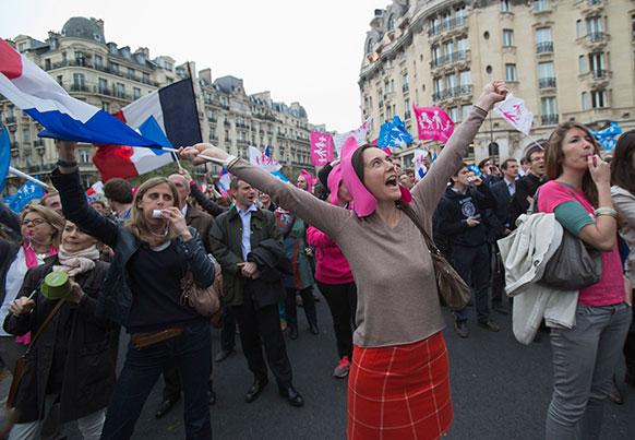 पेरिस में गे शादीके समर्थक विरोध प्रदर्शन करते हुए।