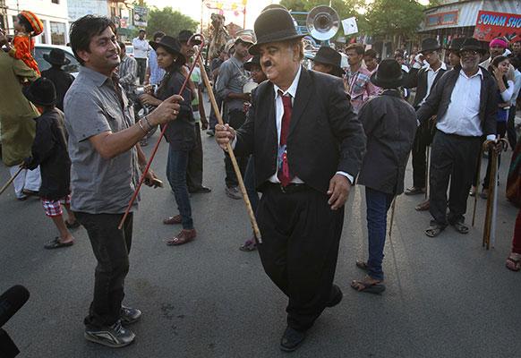 गुजरात के आदीपुर में हास्य अभिनेता चार्ली चैपलिन फैन के लोग उनके जन्मदिन पर डांस करते हुए।