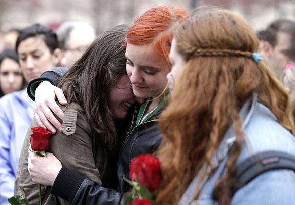 बोस्टन में धमाके के बाद पीड़ित को ढांढस बंधाती एक महिला।