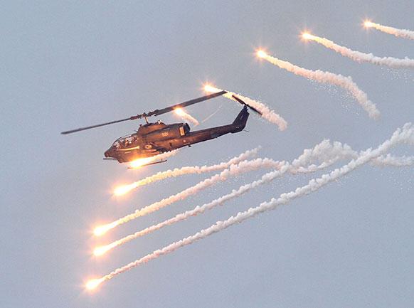 ताइवान में हेलीकॉप्टर युद्ध अभ्यास की तैयारी करता हुआ।