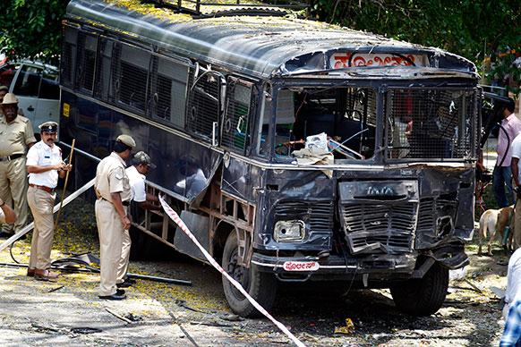इस विस्फोट में एक पुलिस बस भी क्षतिग्रस्त हो गई।