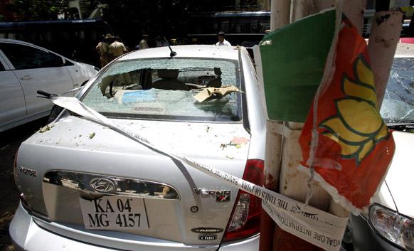 ब्लास्ट के बाद कई गाड़ियां क्षतिग्रस्त हो गई।