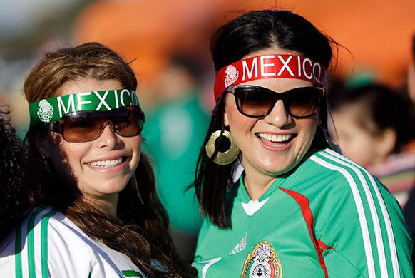 सैन फ्रांसिस्को में पेरू के खिलाफ इंटरनेशनल फ्रेंडली फुटबॉल मैच के शुरू होने से पहले मेक्सिको फुटबॉल टीम की प्रशंसक कुछ यूं दिखीं।