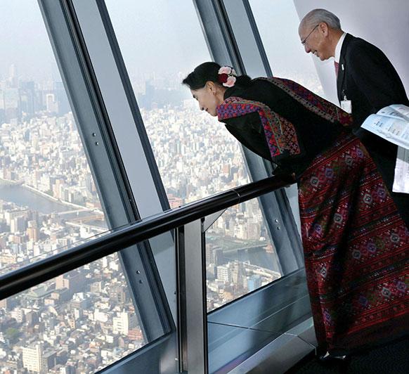 जापान की राजधानी टोक्यो में 350 मीटर की ऊंचाई से टोक्यो स्काई ट्री को निहारतीं म्यामां की नेता प्रतिपक्ष आंग सान सू की।