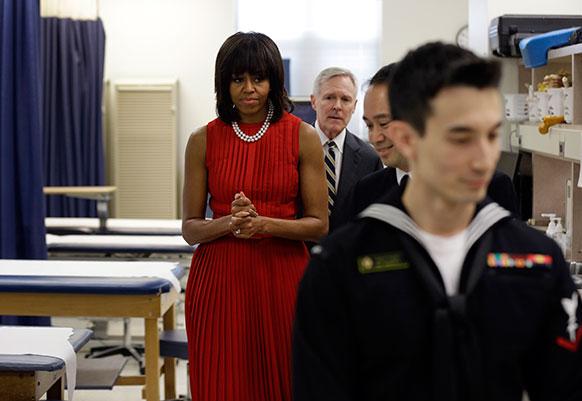 एनापोलिस के यूएस नेवल एकेडमी में नौसेना सचिव रे मेबुस के साथ ऑर्थोपेडिक रूम में पहुंचीं अमेरिका की प्रथम महिला मिशेल ओबामा।