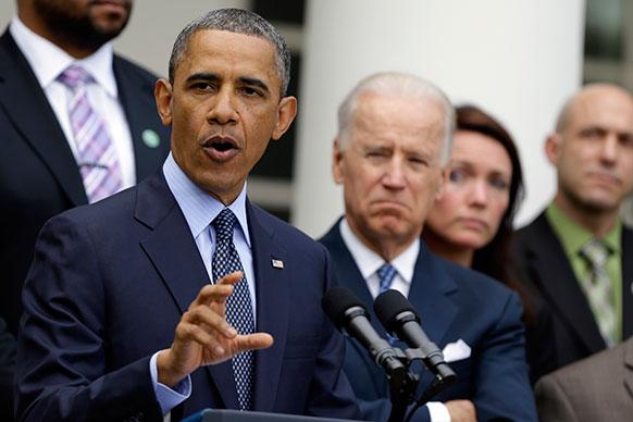 व्हाइट हाउस के रोज गार्डन में न्यूज कांफ्रेंस को संबोधित करने के दौरान अमेरिकी राष्ट्रपति बराक ओबामा। साथ में खड़े हैं जो बाइडेन।