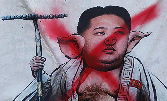 दक्षिण कोरिया के डाउनटाऊन सियोल में उत्तर कोरिया के विरोध में निकाली गई रैली के दौरान दक्षिण कोरियाई प्रदर्शनकारियों ने उत्तर कोरिया के नेता किम जोंग-उन की तस्वीर को कुछ यूं प्रदर्शित किया।