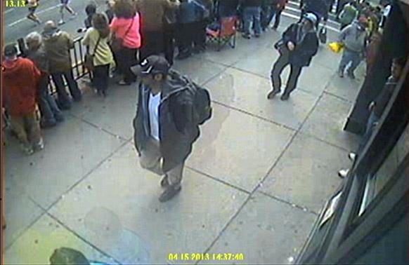 बोस्टन में मैराथन के दौरान हुए धमाकों से संबंधित एफबीआई ने सीसीटीवी फुटेज जारी किया है। इस फुटेज में संदिग्धों को दिखाया गया है।