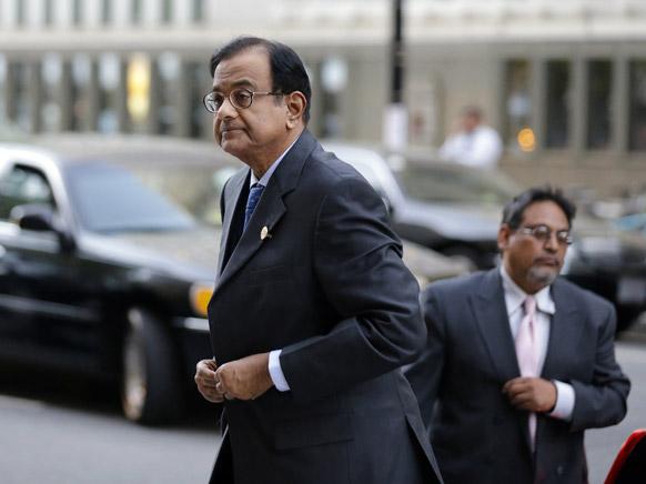 वाशिंगटन में विश्व बैंक समूह एवं अंतरराष्ट्रीय मुद्रा कोष की बैठकों के दौरान जी-20 के रात्रिभोज में शामिल होते भारतीय वित्त मंत्री पी. चिदंबरम।