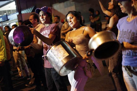 काराकस में नव-निर्वाचित राष्ट्रपति निकोलस मदुरो के खिलाफ प्रदर्शन करते विपक्ष के कार्यकर्ता।
