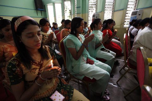 यंगून में बहुधर्म प्रार्थना सभा में शामिल लोग।