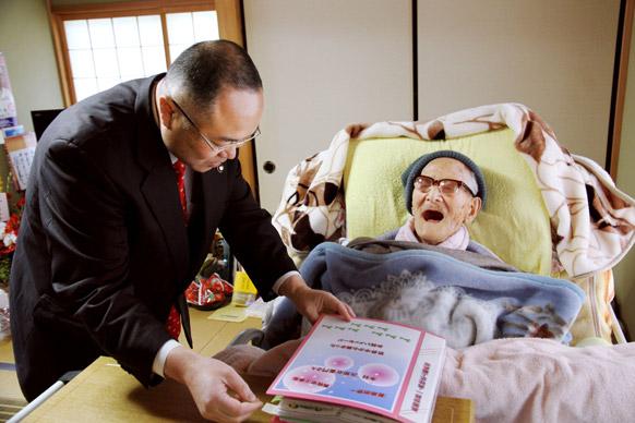 क्योतांगो शहर के मेयर यासुशी नाकायामा टैंगो में जीरोएमोन किमूरा को उनकी जन्मदिन की बधाई देते हुए। किमूरा शुक्रवार को 116 साल के हो गए।