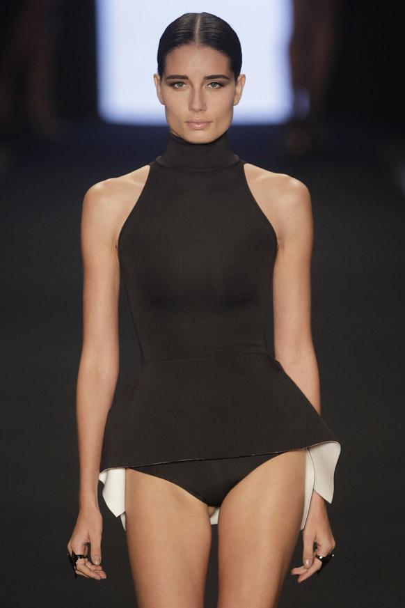 फैशन रियो के दौरान लेनी समर कलेक्शन को पेश करती एक मॉडल।