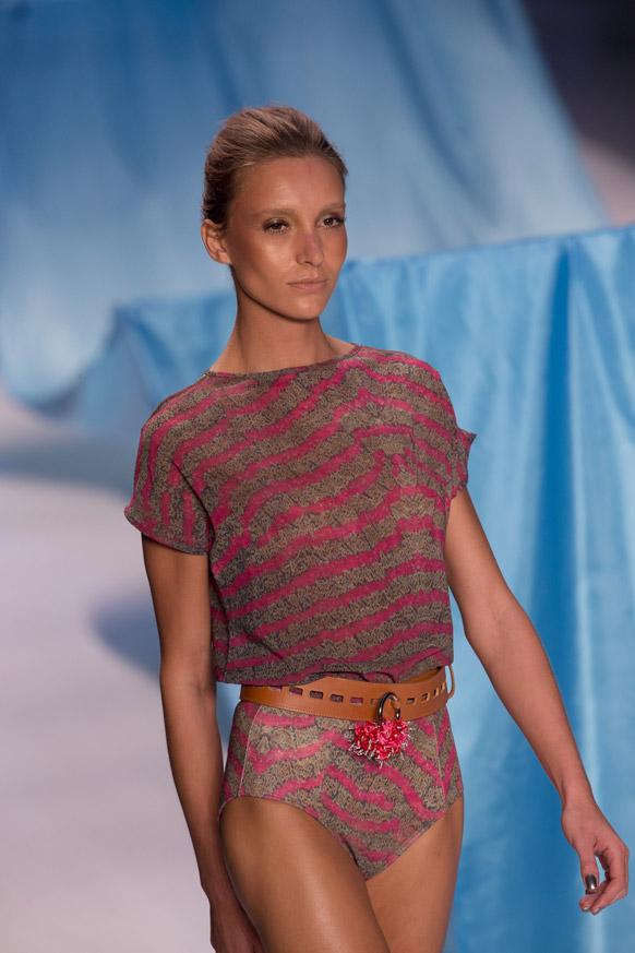फैशन रियो के दौरान निका केसलर के समर कलेक्शन को पेश करती एक मॉडल।