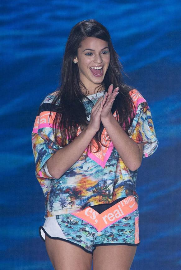 फैशन रियो के दौरान रैंप पर ब्राजील के फुटबॉल खिलाड़ी के महिला मित्र एवं अभिनेत्री ब्रूना मरक्वेजाइन।