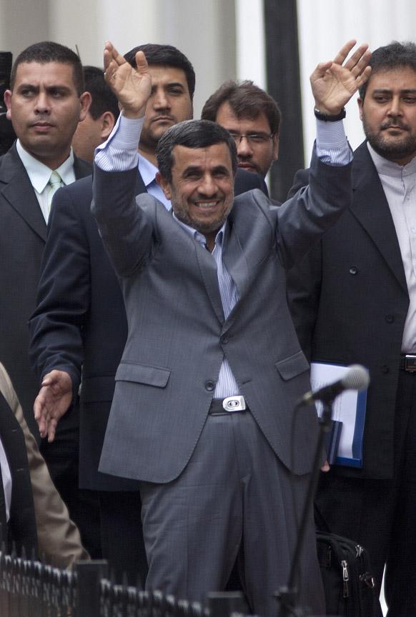 काराकस में नवनिर्वाचित राष्ट्रपति निकोलस मदुरो के शपथ ग्रहण समारोह में शिरकत करने पहुंचे ईरान के राष्ट्रपति महमूद अहमदीनेजाद।