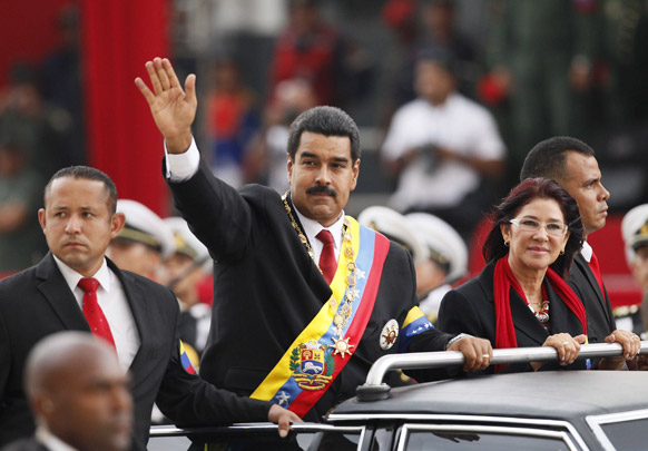काराकस में एक रोड शो में भाग लेते वेनेजुएला के नवनिर्वाचित राष्ट्रपति निकोलस मदुरो।
