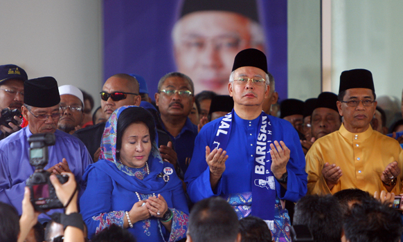 मलेशिया के पहांग प्रांत में जियारत करते प्रधानमंत्री नजीब रजाक एवं उनकी पत्नी रोसमाह मनसोर।