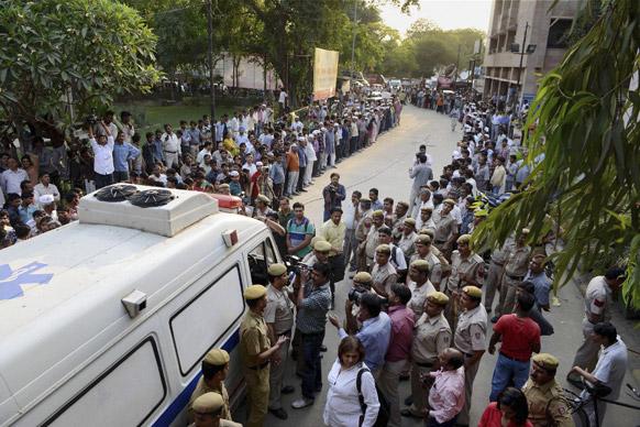 दिल्ली रेप पीड़िता इलाज के लिए दूसरे अस्पताल लायी जाती हुई।