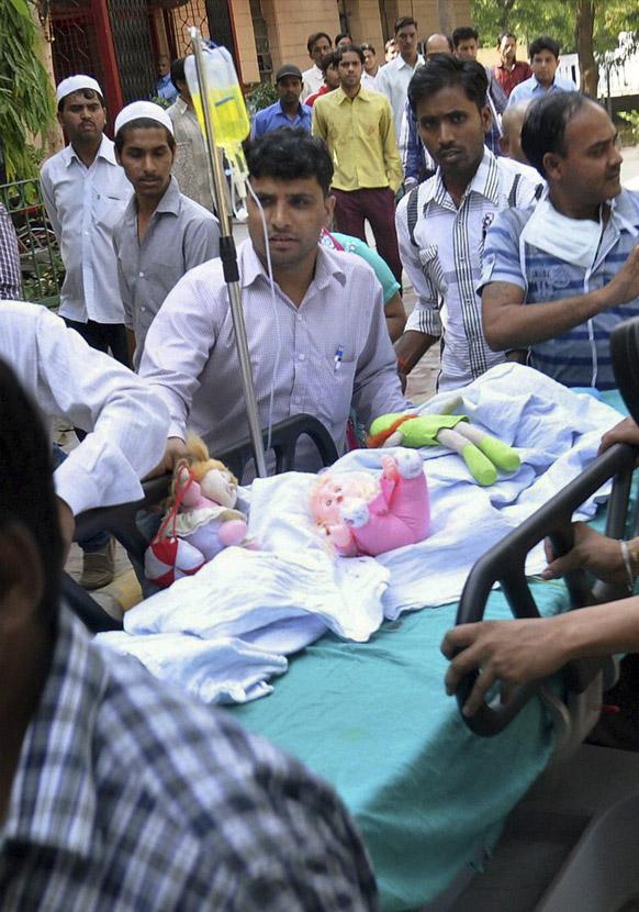 दिल्ली रेप पीड़िता पांच वर्षीया लड़की इलाज के लिए एम्स में लायी जाती हुई।