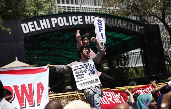 दिल्ली रेप के खिलाफ दिल्ली पुलिस मुख्यालय पर प्रदर्शन करते लोग।