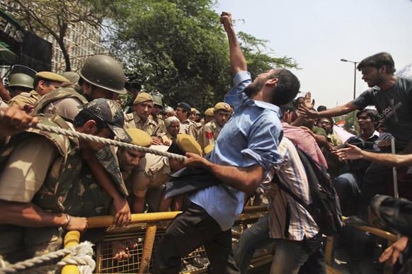 दिल्ली पुलिस मुख्यालय के बाहर नारेबाजी करता एक युवक।