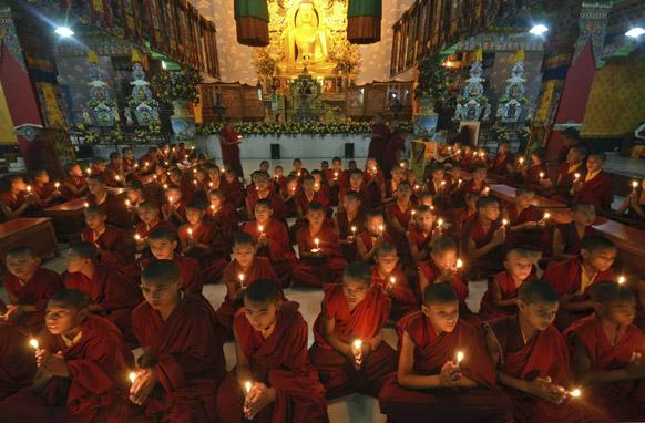 दिल्ली रेप पीड़िता के जल्द स्वस्थ होने के लिए बोधगया में प्रार्थना करते युवा बौद्ध भिक्षु।