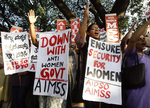 दिल्ली रेप के खिलाफ बेंगलुरू में प्रदर्शन करता एक महिला संगठन।