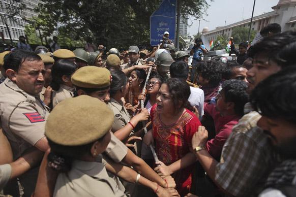 दिल्ली में पांच वर्षीया लड़की के साथ हुए बलात्कार के खिलाफ दिल्ली पुलिस मुख्यालय में दाखिल होने की कोशिश करते प्रदर्शनकारी।