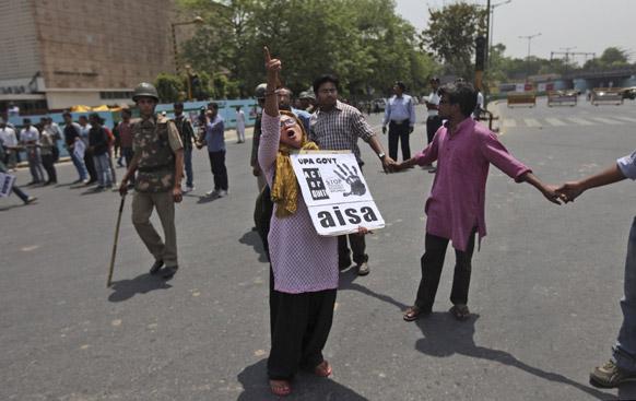 दिल्ली में पांच वर्षीया लड़की के साथ हुए बलात्कार के खिलाफ दिल्ली पुलिस मुख्यालय के बाहर नारेबाजी करते प्रदर्शनकारी।