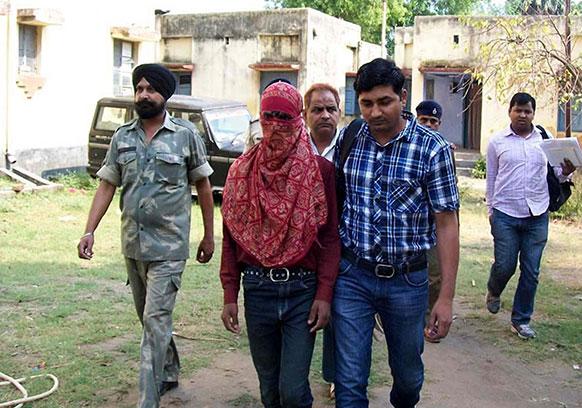 दिल्ली रेप मामले में आरोपी को बिहार से गिरफ्तार कर दिल्ली ले जाती पुलिस।