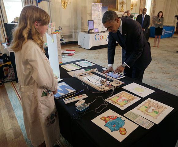 ह्वाइट हाउस साइंस फेयर के दौरान अमेरिकी राष्ट्रपति बराक ओबामा।