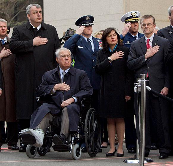 बोस्टन मैराथन विस्फोट स्थल पर अमेरिकी झंडे को सैल्यूट करते सुरक्षा एजेंसियों के अधिकारी।