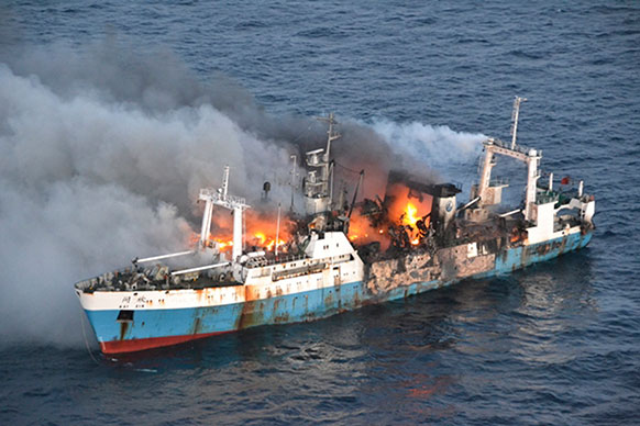 अंटार्कटिका के तट पर जलती चीन की मछली पकड़ने वाली जहाज काई जिन।