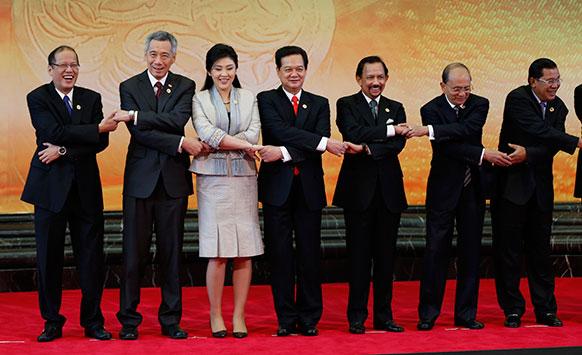 22वीं एशियन समिट में एक ग्रुप फोटो में फिलीपीन्स के राष्ट्रपति बेनिगनो एक्विनो तृतीय, सिंगापुर के प्रधानमंत्री ली हसिएन लूंग, थाईलेंड की पीएम यिंगलक शिनावात्रा, वियतनाम के पीएम नागुयेन तान डुंग, ब्रुनेई के सुल्तान हासानल बोलकियाह, म्यामार के राष्ट्रपति थियान सियान और कंबोडिया के पीएम हुन सेन।
