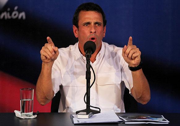 वेनेजुएला के काराकस में अपने कार्यालय में प्रेस कांफ्रेंस को संबोधित करते वेनेजुएला के विपक्षी नेता हेनरिक कैप्रिल्स।