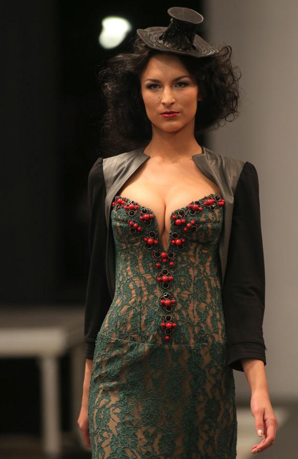 मिंस्क में बेलारूस फैशन वीक के दौरान डिजायन कपड़े पेश करती एक मॉडल।