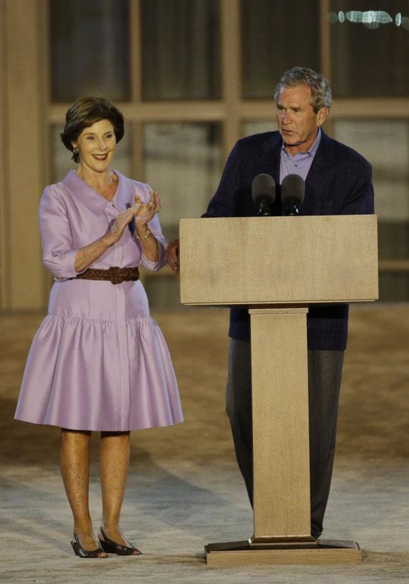 डलास में एक समारोह को संबोधित करते अमेरिका के पूर्व राष्ट्रपति जॉर्ज डब्ल्यू बुश। साथ में उनकी पत्नी लौरा बुश।