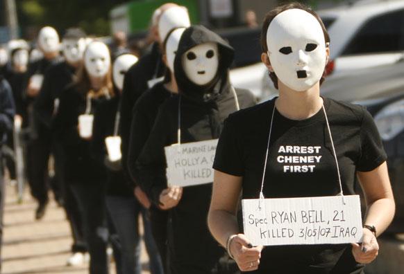 डलास स्थित जॉर्ज डबल्यू बुश प्रसीडेंशियल सेंटर के समीप मास्क लगाकर प्रदर्शन करते लोग।
