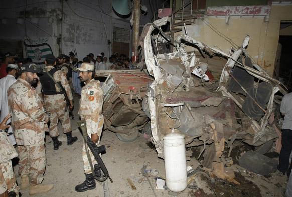 कराची में विस्फोट स्थल पर पाकिस्तान पारा मिलिट्री फोर्स।