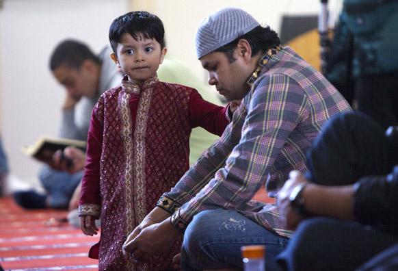 कैंब्रिज में बोस्टन मस्जिद के इस्लामिक सोसायटी में नमाज के लिए पिता से साथ पहुंचे बच्चे।