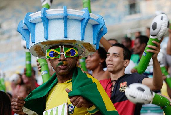 रियो डि जेनेरो में मरकाना स्टेडियम के उद्घाटन में शामिल होने के लिए अलग-अलग अंदाज में पहुंचे लोग।